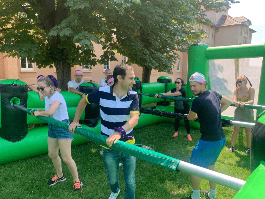 Des collaborateurs qui jouent à un baby foot géant au domaine Saint Joseph